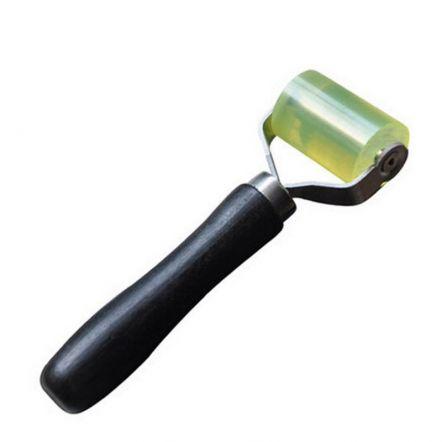 Harde roller voor antidreunmat aan te rollen